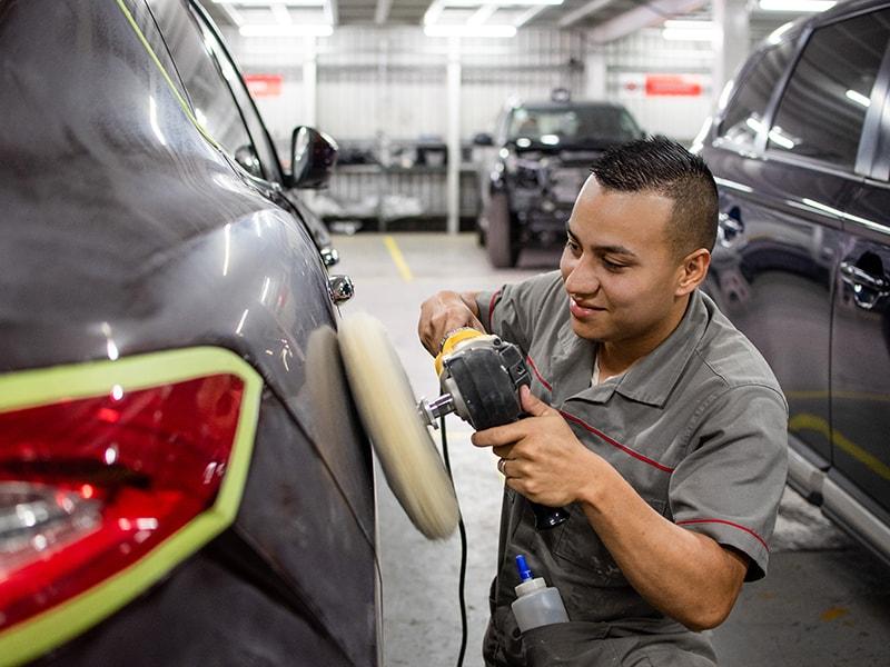 Mecánico puliendo automóvil - Somos Veinsa - Veinsa Motors