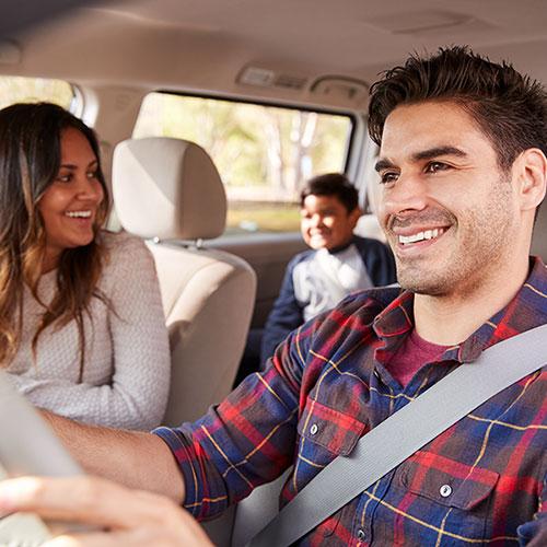 Padre conduciendo junto a su familia pasando un buen momento en familia